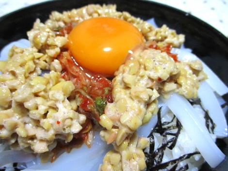 いかキムチ納豆丼